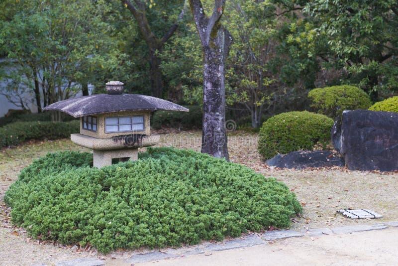 Japansk stenlykta i trädgården royaltyfria foton