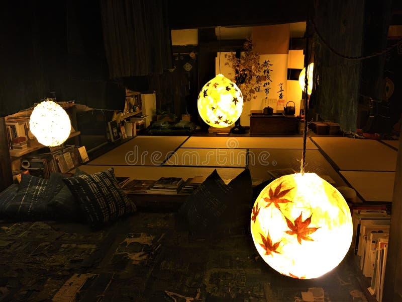 Japansk stil, futon och lyktor royaltyfria foton