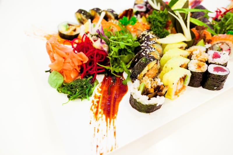 Japansk sushi i en restaurang p? lunchtid, asiatisk kokkonst royaltyfri fotografi