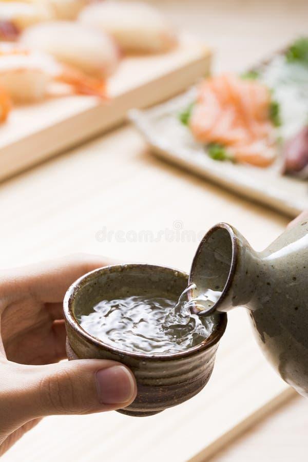 Japansk sushi och saké fotografering för bildbyråer