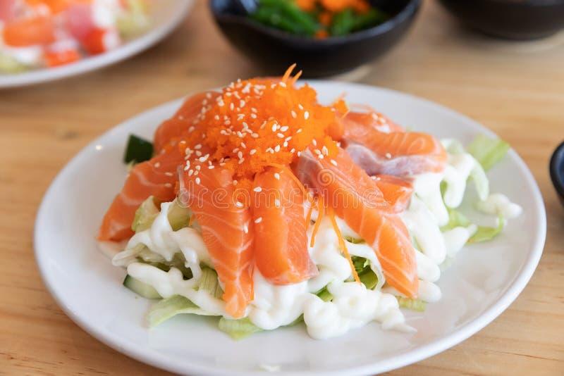 Japansk sushimat, slut upp av sashimisushiuppsättningen på en tabell i en restaurang royaltyfri foto