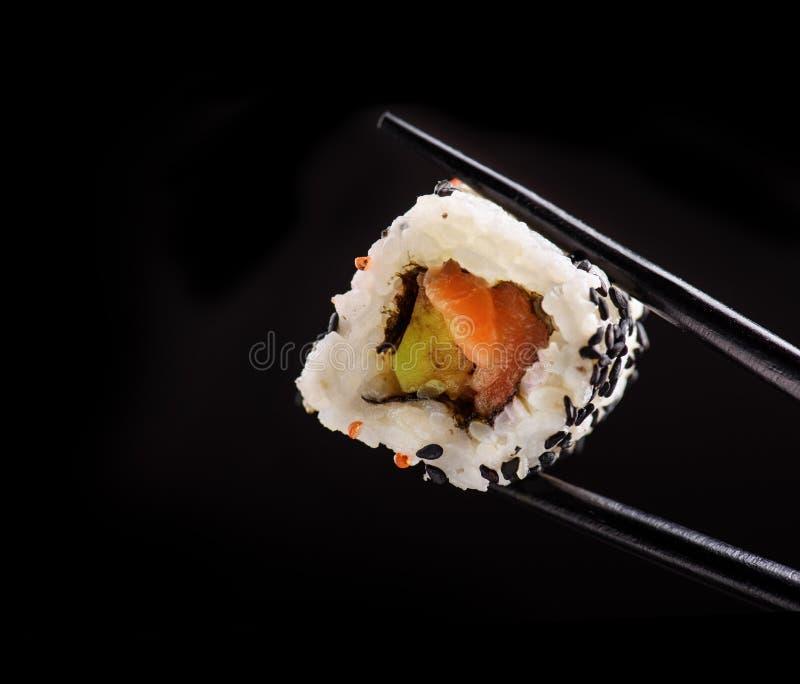 Japansk sushirulle på svart bakgrund royaltyfri bild