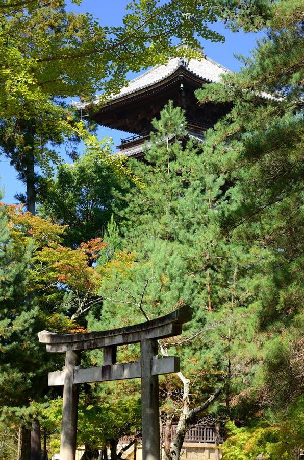 Japansk temple& x27; s-port och pagod, Kyoto Japan arkivfoton