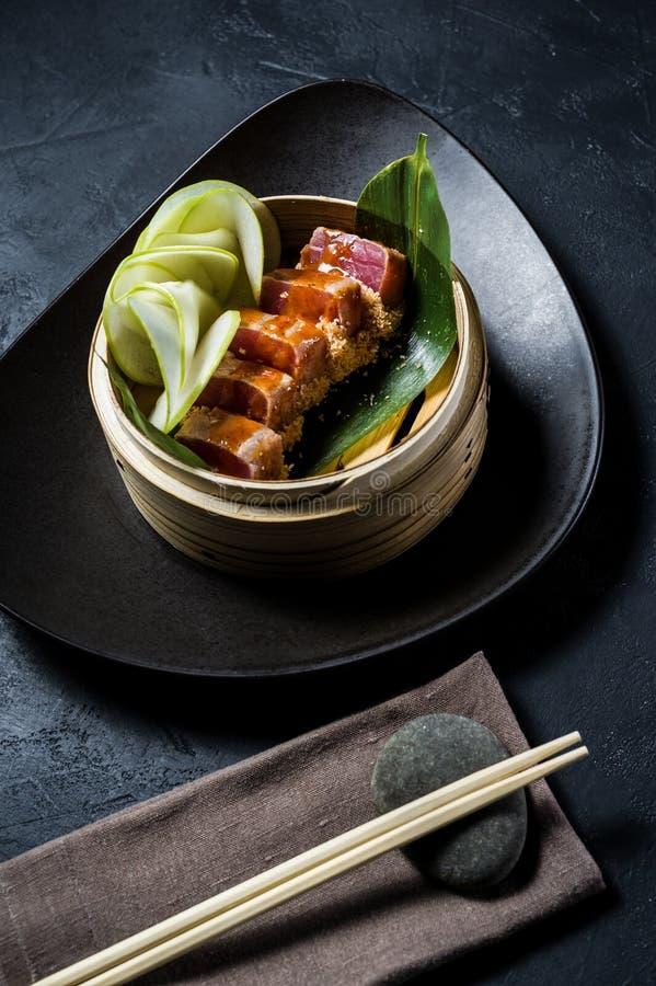 Japansk tonfisksashimi, m?rk bakgrund, b?sta sikt royaltyfria bilder