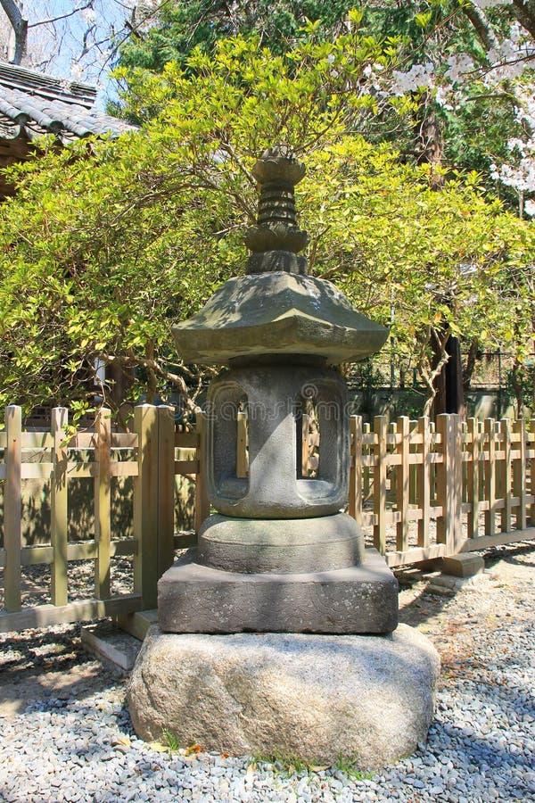 Japansk traditionell stenlykta i Kotokuin tem royaltyfri foto