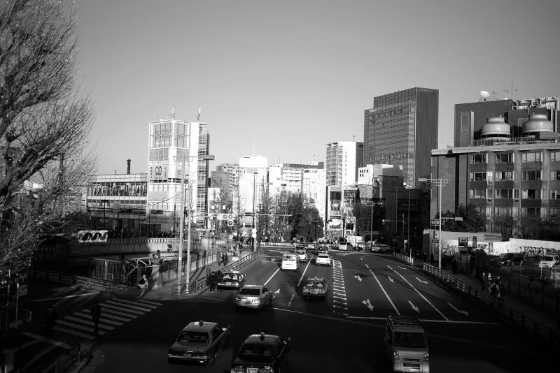 Japansk trafik i höst Stadsgata av Tokyo Japan i harajukuområde svart white December 19,2017 Tokyo, Japan arkivfoton