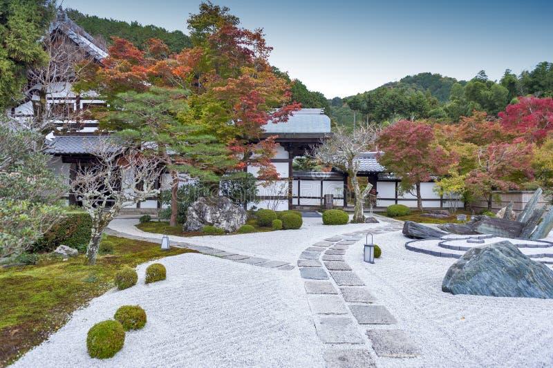 Japansk zenträdgård under höst på den Enkoji templet i Kyoto, Japan arkivfoto