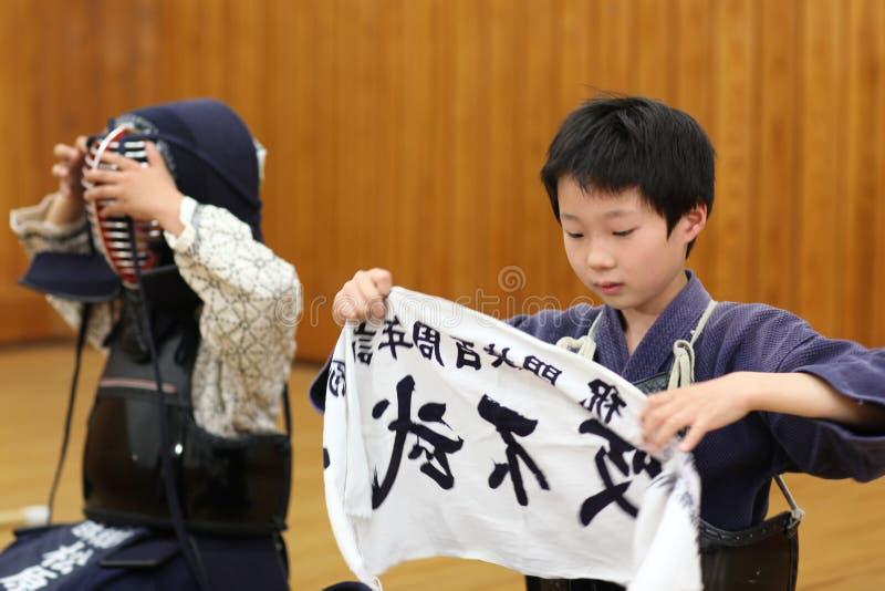 Japanska barn på kendoutbildning royaltyfria foton