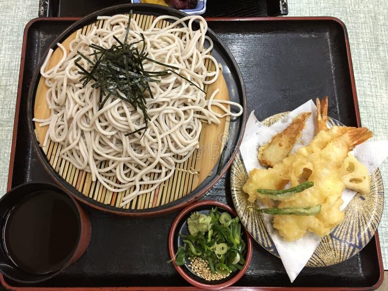 Japanska kalla Soba nudlar med räkatempura kallade Zaru Soba arkivfoto