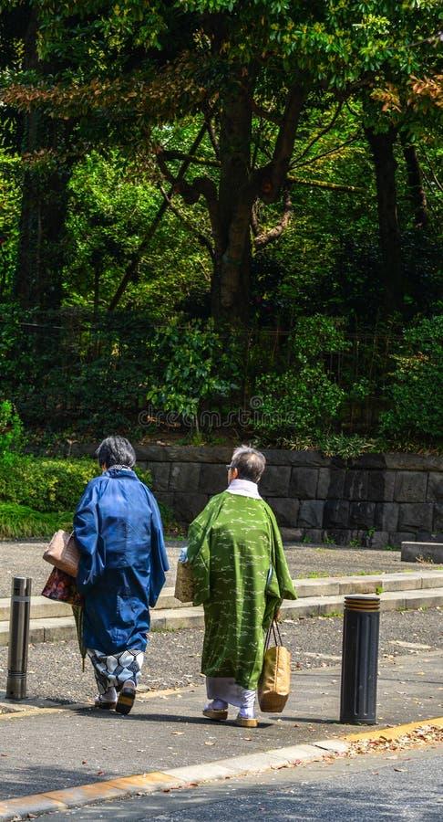 Japanska kvinnor i kimonokl?nning royaltyfri fotografi