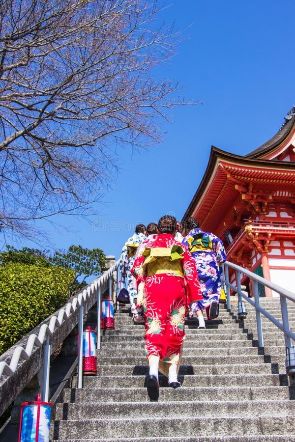 Japanska p?lagda turister och utl?nningar en kl?nningyukata f?r bes?k atmosf?ren inom den Kiyomizu-dera templet arkivbilder