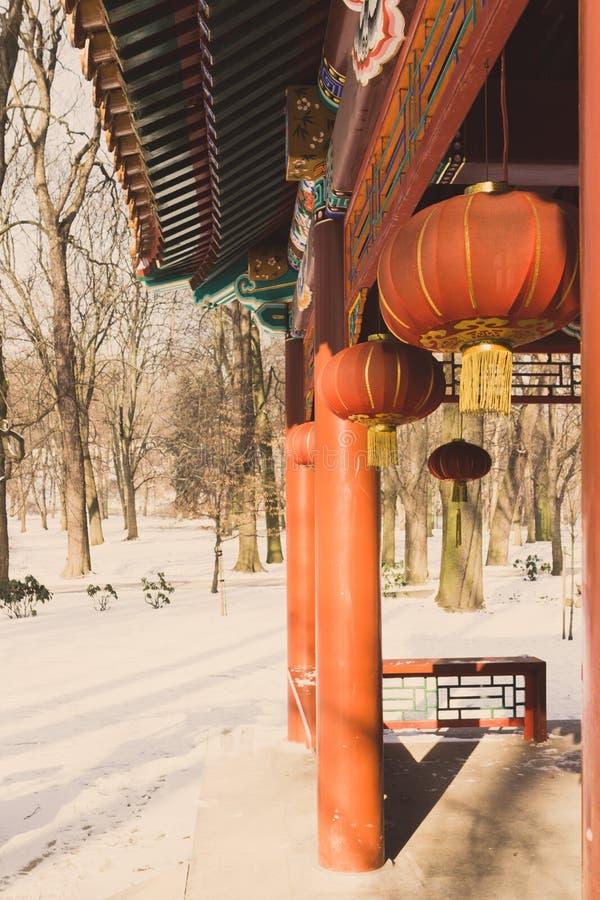 Japanska pappers- lyktor i en tempel i vintern royaltyfri bild