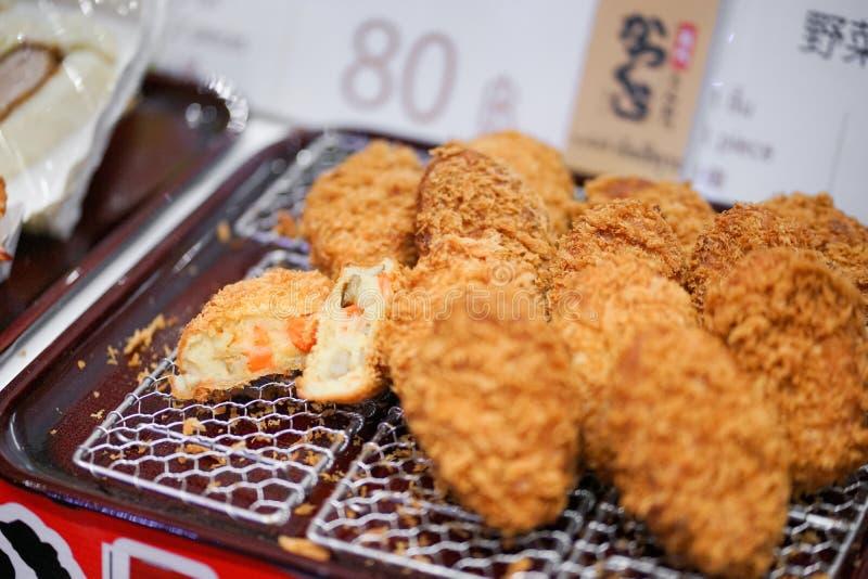 Japanska potatiskroketter eller Korokke Korokke är som stekas djupt av, mosar potatis-, morot- och jordningskött royaltyfri fotografi