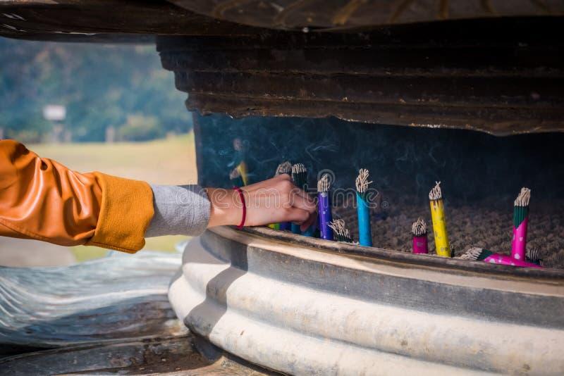 Japanska rökelsepinnar i rökelsegasbrännare royaltyfri fotografi