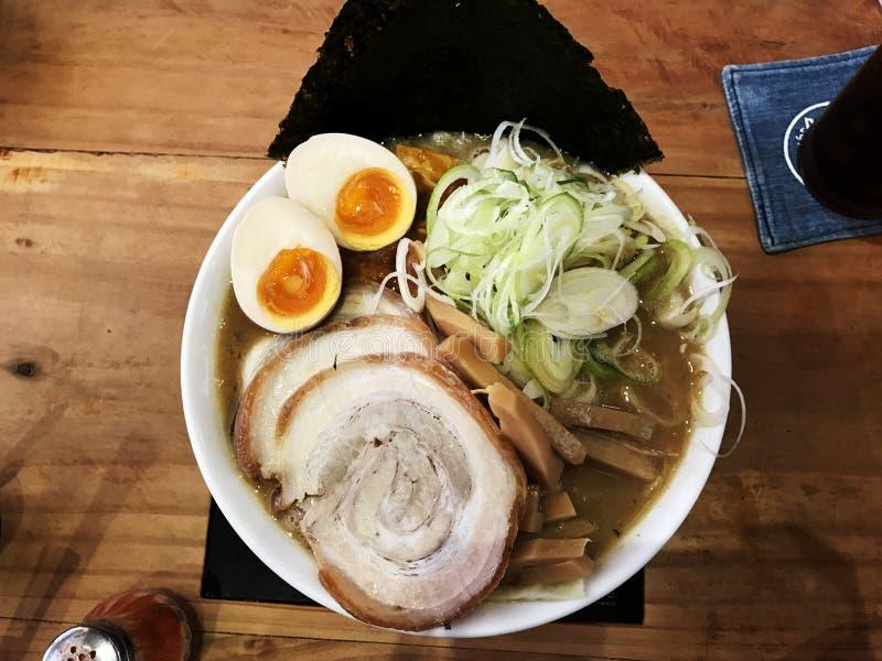 Japanska Ramen med skivagriskött, ägg, havsväxt, vårlök överst royaltyfri foto