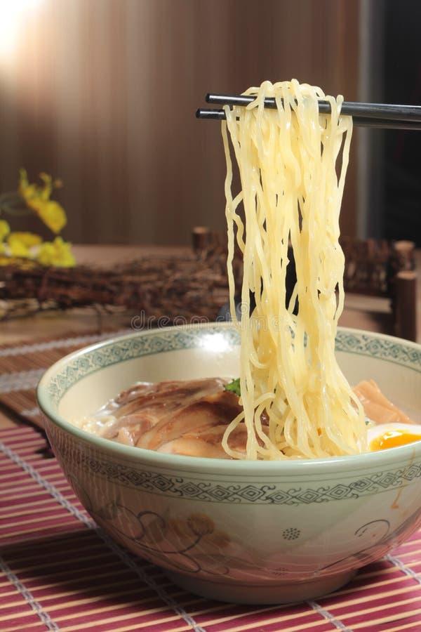 Japanska ramennudlar i soppa arkivfoton