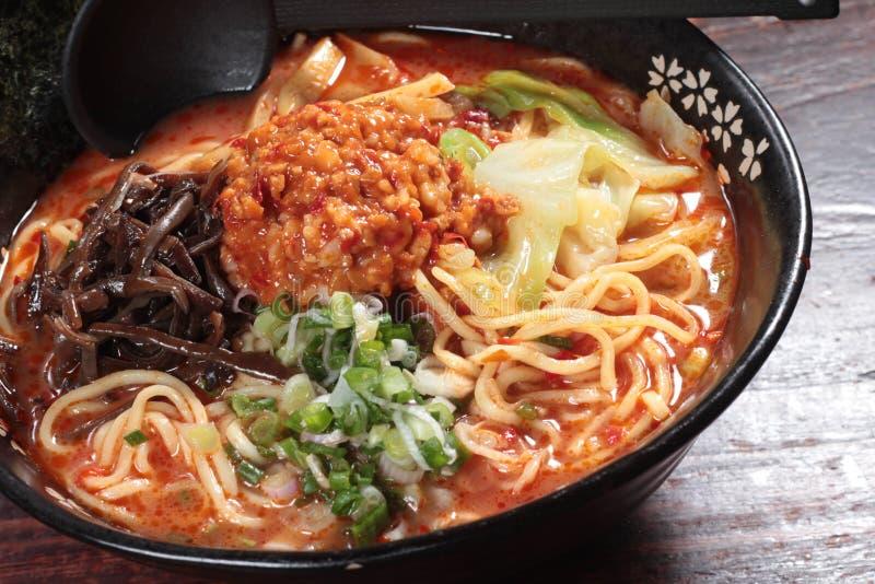 Japanska ramennudlar i soppa royaltyfria bilder