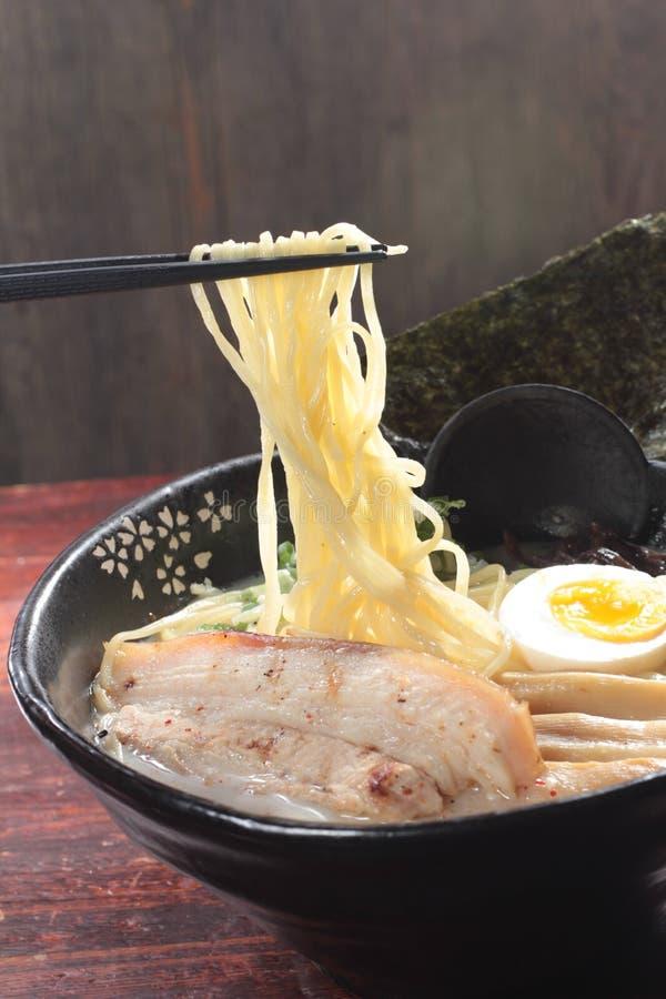 Japanska ramennudlar i soppa arkivfoto