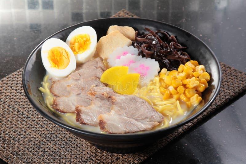 Japanska ramennudlar i soppa arkivbild