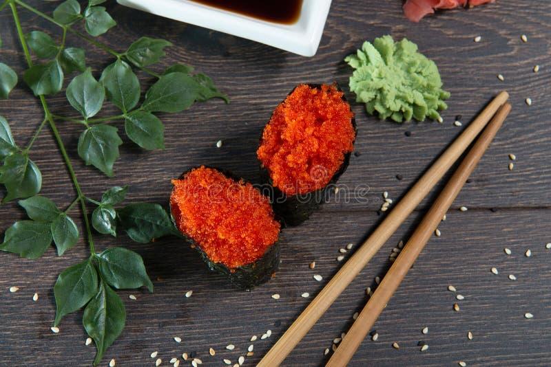 Japanska ris rullar med havsväxt på sushistången arkivfoton