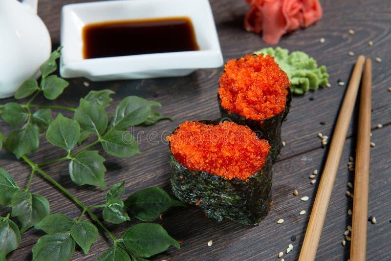 Japanska ris rullar med havsväxt på sushistången fotografering för bildbyråer