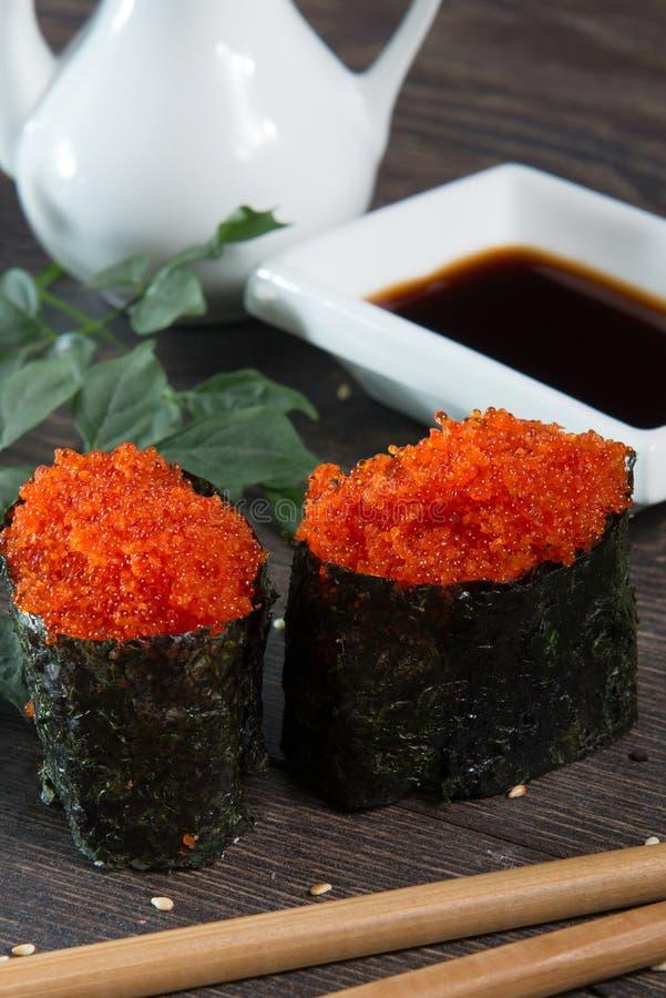 Japanska ris rullar med havsväxt på sushistången royaltyfri foto