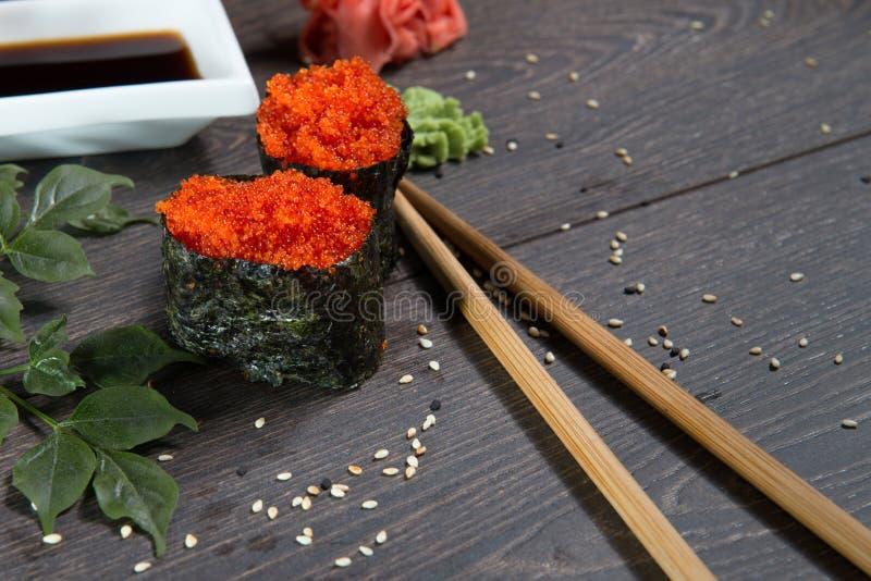 Japanska ris rullar med havsväxt på sushistången arkivfoto