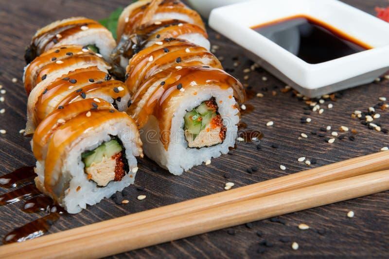 Japanska ris rullar med havsväxt på sushistången arkivbild