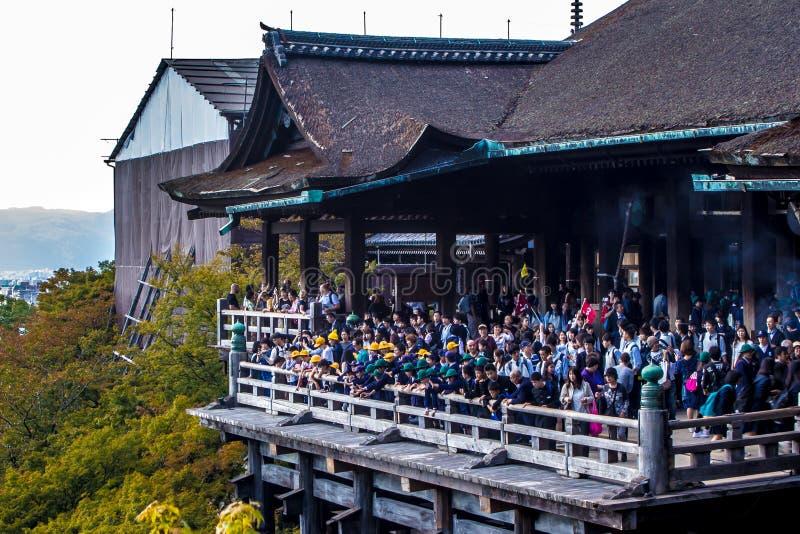 Japanska skolbarn på utflykter till den Kiyomizu-dera templet arkivfoto