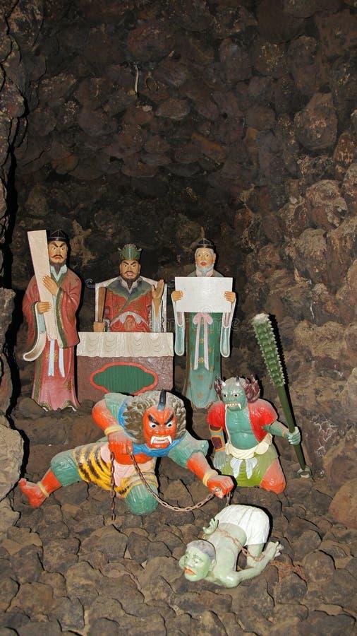 Japanska statyer i grotta av Kosanji Temple i Japan arkivbilder
