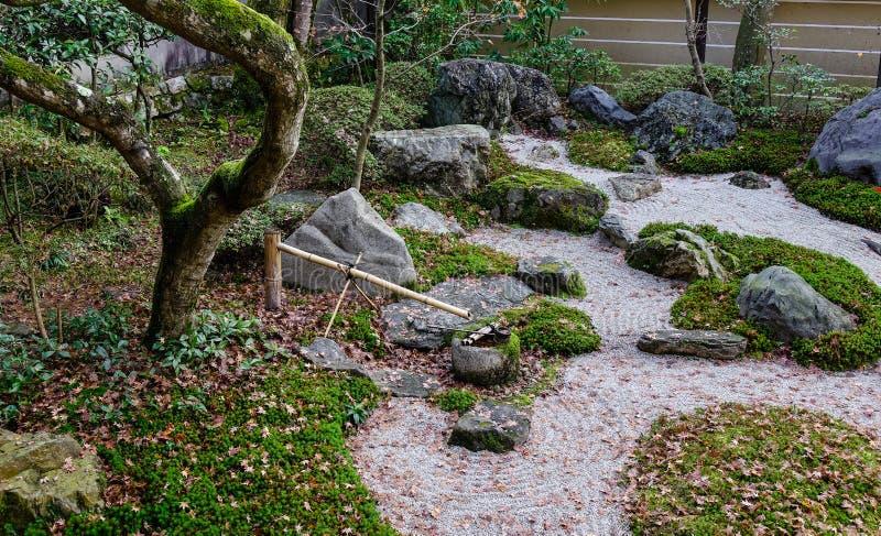 Japanska stenar för zenträdgårdmeditation arkivbild