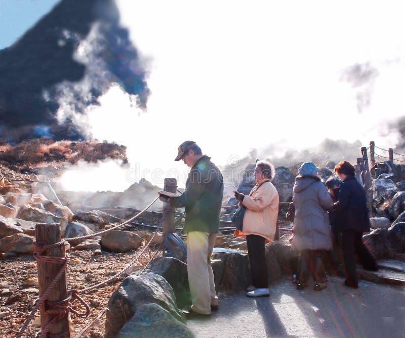 Japanskt äldre turistlopp till owakudanien som går och som fotvandrar slingor för att erfara Hot Springs, trevliga sikter av Mt F royaltyfria bilder