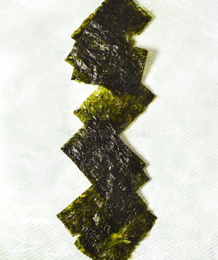 Japanskt eller koreanskt grillat havsväxtmellanmål Grillad torkad havsväxt, sunt mellanmål royaltyfria foton