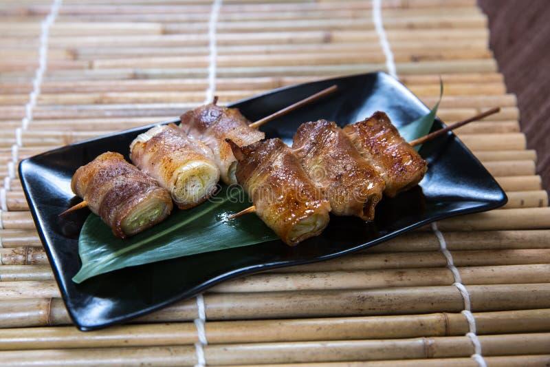 Japanskt för grisköttbuk för purjolök Kushiyaki, Skewered och grillat kött royaltyfri bild