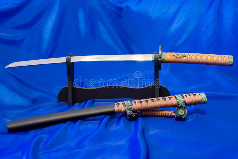 japanskt katanasvärd Vapnet av en samuraj Ett formidabelt vapen i händerna av en förlage av kampsporter royaltyfri foto