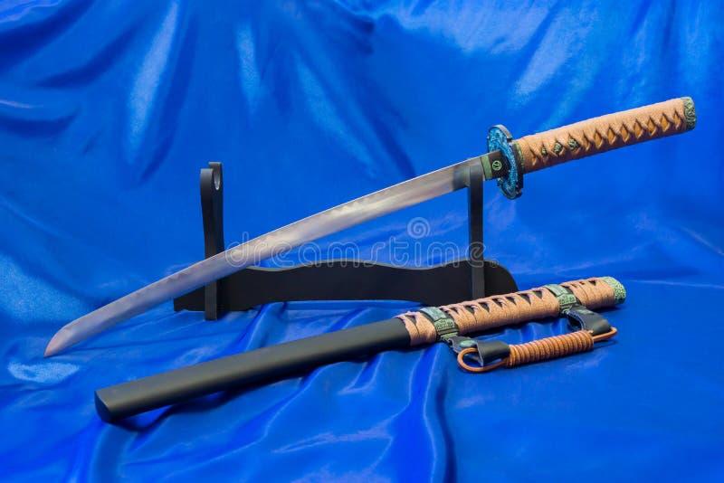 japanskt katanasvärd Vapnet av en samuraj Ett formidabelt vapen i händerna av en förlage av kampsporter arkivfoto