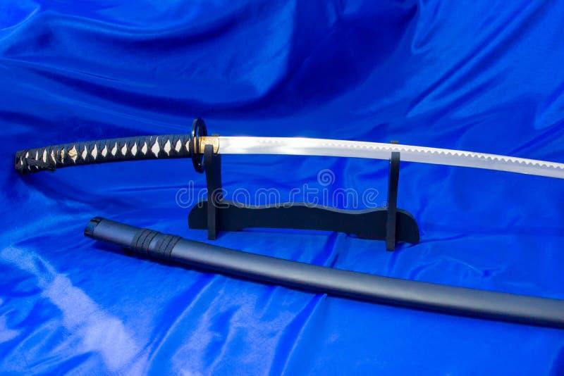 japanskt katanasvärd Vapnet av en samuraj Ett formidabelt vapen i händerna av en förlage av kampsporter arkivbild
