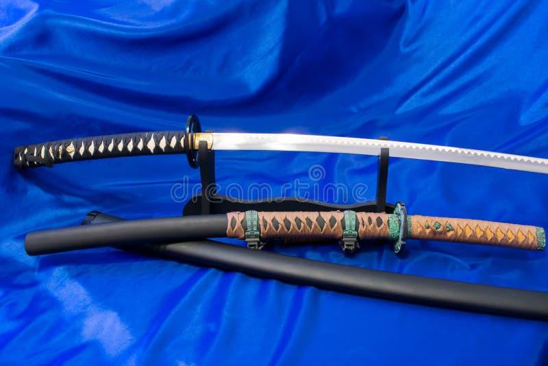 japanskt katanasvärd Vapnet av en samuraj Ett formidabelt vapen i händerna av en förlage av kampsporter royaltyfria bilder