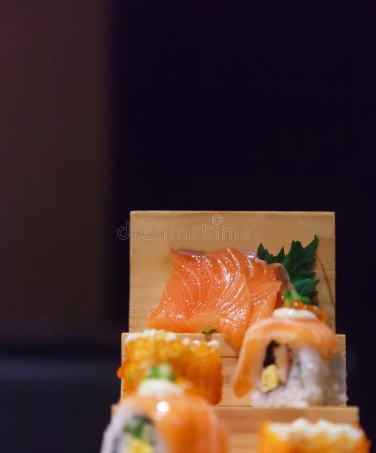 Japanskt sortiment för meny, Salmon Sushi och för Sashimi för maträtt för mat för ny fisk som dekorerar på trämoment i traditione royaltyfri fotografi