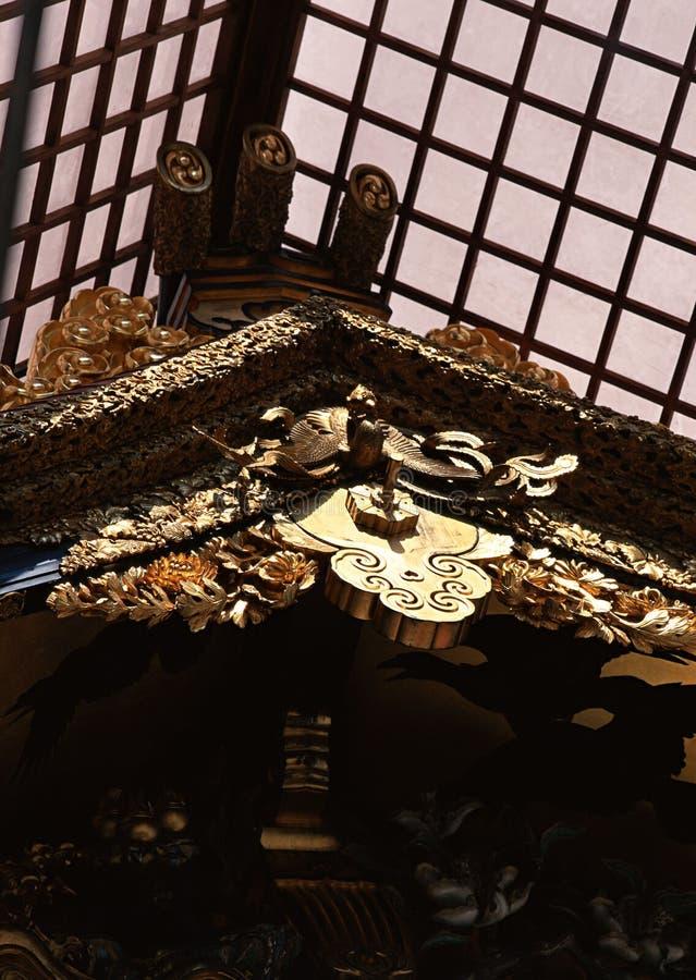 Japanskt trätak med invecklade guld- designer och detaljbakgrund arkivfoton