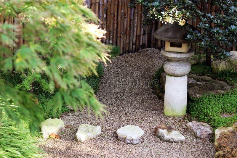 Japanträdgård med sand royaltyfri bild