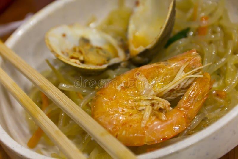Japchae Koreaanse Noedels met zeevruchten stock foto