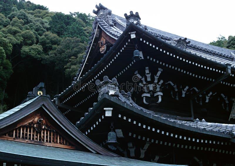Japońskiego starego świątyni wejścia dachu czerni dekoracji drewniany tło fotografia royalty free