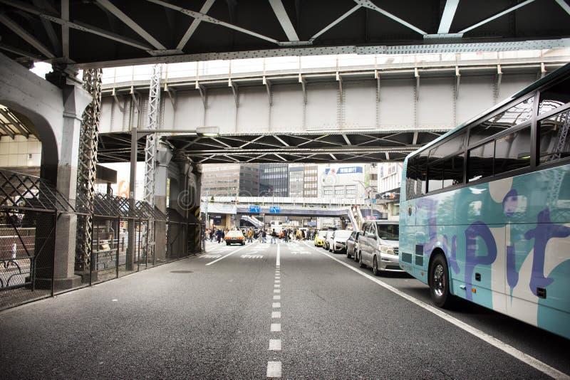 Japończycy i obcokrajowa podróżnika spacer odwiedzają z ruch drogowy drogą chuo dori ulica przy Ueno miastem w Tokio, Japonia obrazy royalty free