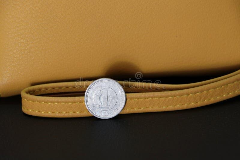 Japończyk jeden jenu monety na odwrotności «1 «w okręgu z rokiem zagadnienie w kanji zdjęcia stock