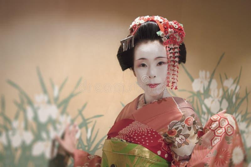 Japończyk Maiko lub gejsza w czerwonej kimonowej oczepionej włosianej broszce z p fotografia royalty free