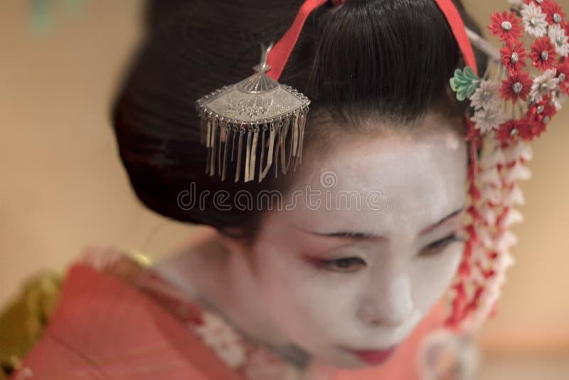 Japończyk Maiko lub gejsza w czerwonej kimonowej oczepionej włosianej broszce z p obrazy stock