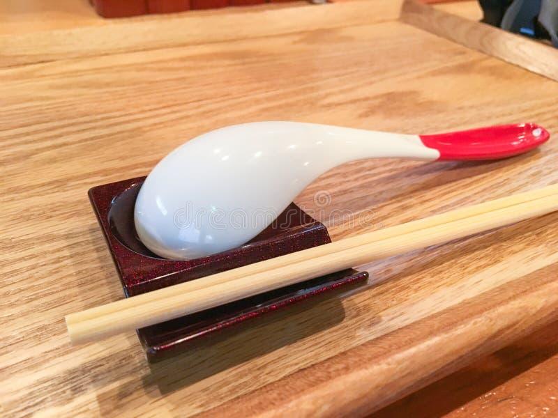 japończyk projektował tablewear, Drewniane pary chopsticks i ceramiczną łyżkę, set Japońscy naczynia fotografia royalty free