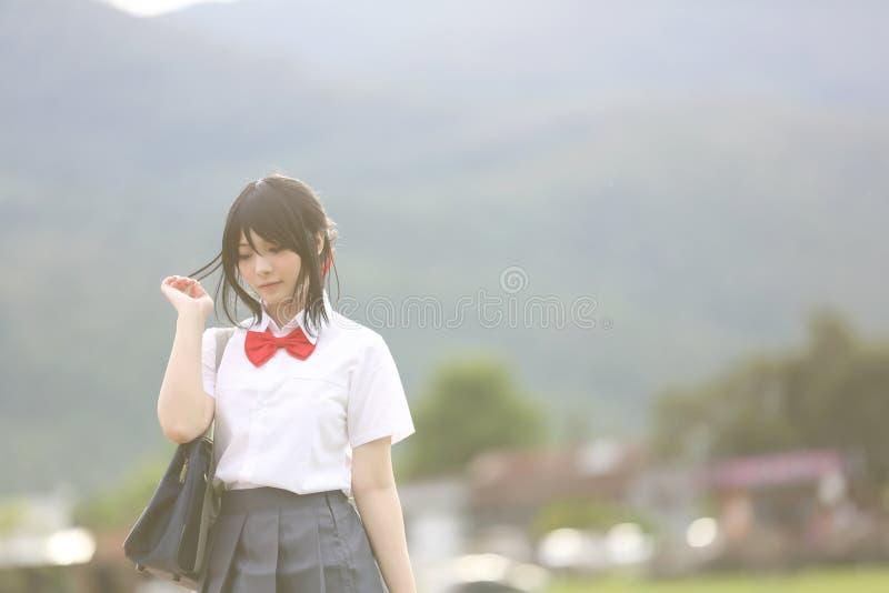 Japończyk szkoła w wsi z trawy drzewem i górą fotografia royalty free