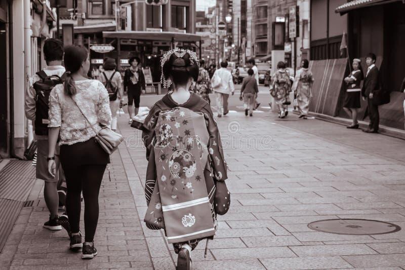 Japończyka Maiko odprowadzenia puszek ulica w Gion Kyoto Japonia zdjęcie stock